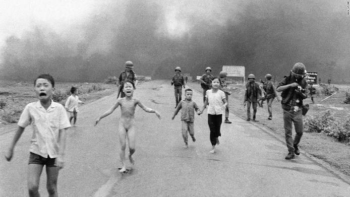 De foto van dit meisje uit de Vietnamoorlog werd vorig verwijderd wegens ongepast. Daar kwam heel wat kritiek op en sindsdien heeft Facebook de regels aangepast. Naakte kinderen kunnen nu wel als het beeld nieuwswaarde heeft.