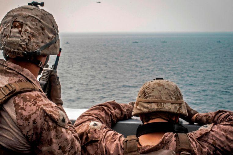 Amerikaanse mariniers houden Iraanse oorlogsschepen in de gaten bij de Straat van Hormuz. Beeld AFP