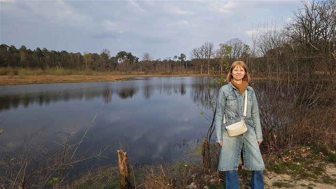 Peggy Peeters in de Belse bossen. Daar vindt de volgende 'krachtbabbel' plaats.