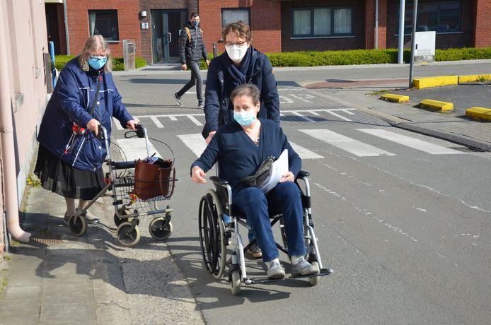 De seniorenadviesraad wou met haar rolstoelwandeling aandachtspunten voor toegankelijkheid blootleggen in de Moerbeekse straten.