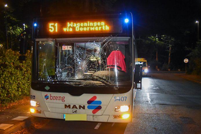 De bus liep veel schade op aan de voorruit.