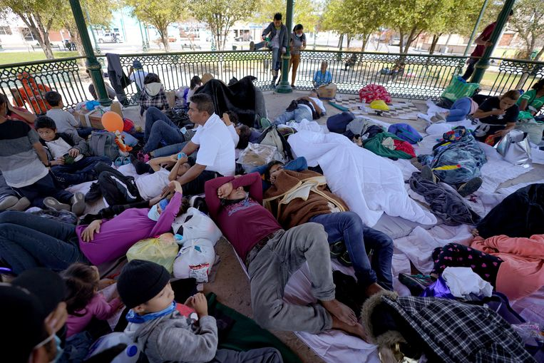 Door de VS uitgezette migranten rusten uit in een park in Mexico. Beeld AP