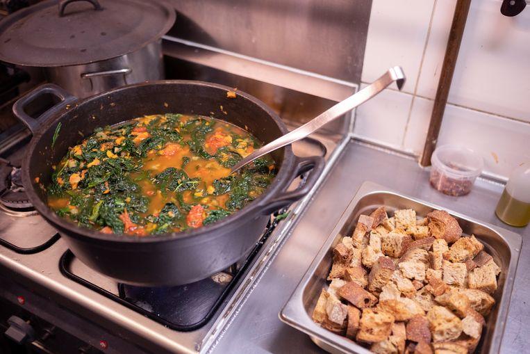 Ribollita maken met Milan Gataric, chef en eigenaar van Restaurant Lux Beeld Els Zweerink
