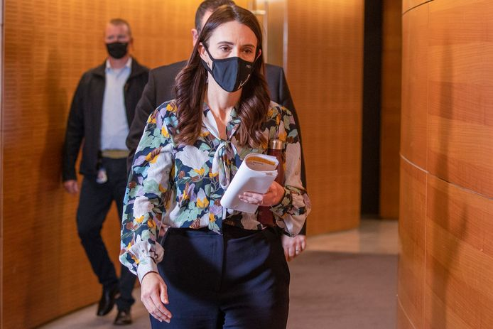 De Nieuw-Zeelandse premier Jacinda Ardern op weg naar een persconferentie.