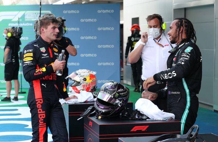 Max Verstappen spreekt met racewinnaar Lewis Hamilton na de race.  Beeld 2020 Pool