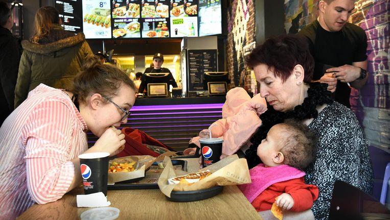Klanten in fastfoodketen Taco Bell in Eindhoven. Beeld Marcel van den Bergh / de Volkskrant