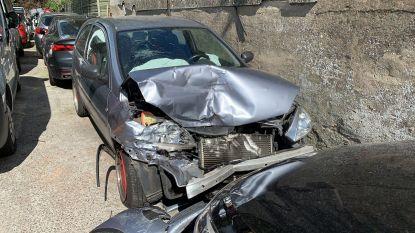 Jonge bestuurder onder invloed knalt tegen geparkeerd voertuig