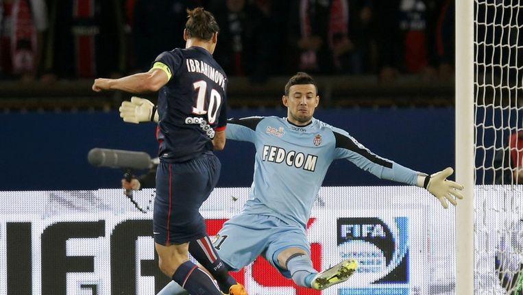 Subasic, hier aan het werk met Monaco tegen Ibrahimovic van PSG, sukkelt met een blessure. Beeld REUTERS