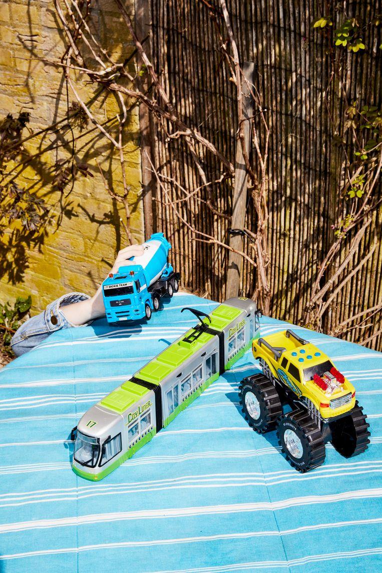 Niet te slijten: drie speelgoedauto's. Beeld Marie Wanders