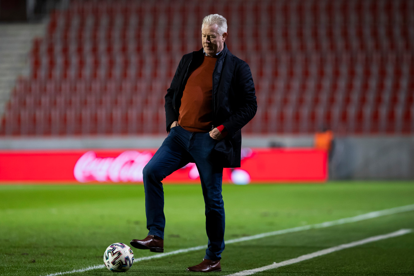 Een ontspannen Peter Maes, zo lijkt het. Maar ook hij zal wel beseffen dat er voor STVV tegen Eupen heel wat op het spel staat.