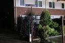 Ook het straatnaambordje moest er aan geloven bij een brandstichting in een coniferenhaag in Helmond.