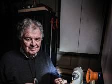 Tonny (76) kan van elk stuk hout een pen maken