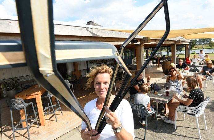 Inbraak bij Riverside Outdoor & Events. Els Timmerman laat de kapotte profielen zien.