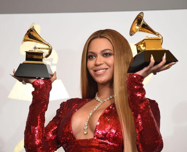 Beyoncé poseert met haar twee gewonnen Grammy's. Beeld AFP
