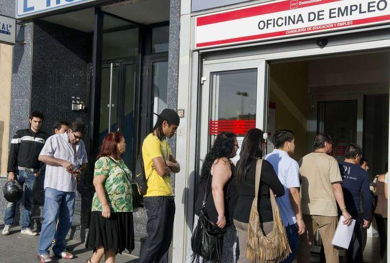 Werklozen staan in de rij voor een Spaans arbeidsbureau in het centrum van Madrid. Beeld afp