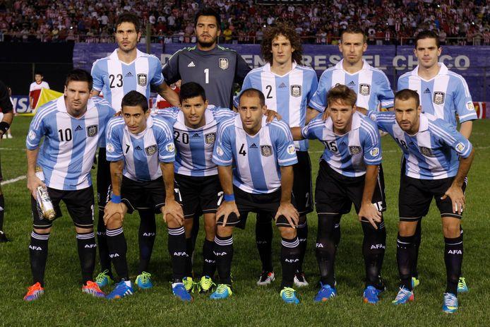 Fernando Gago (rechtsboven) met Argentinië voor het duel in de WK-kwalificatie met Paruguay.