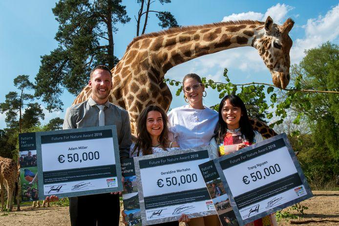Doutzen Kroes (tweede van rechts) presenteert met trots de winnaars van de Future For Nature Awards, op het safariterrein van Burgers' Zoo in Arnhem. V.l.n.r. Adam Miller, Geraldine Werhahn en Trang Nguyen. Foto: Gerard Burgers
