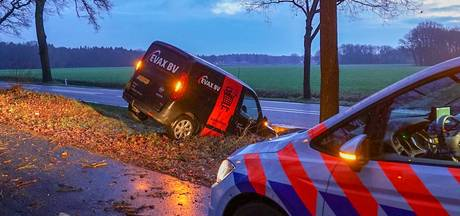 Vrouw rijdt met auto sloot in op N69 in Valkenswaard