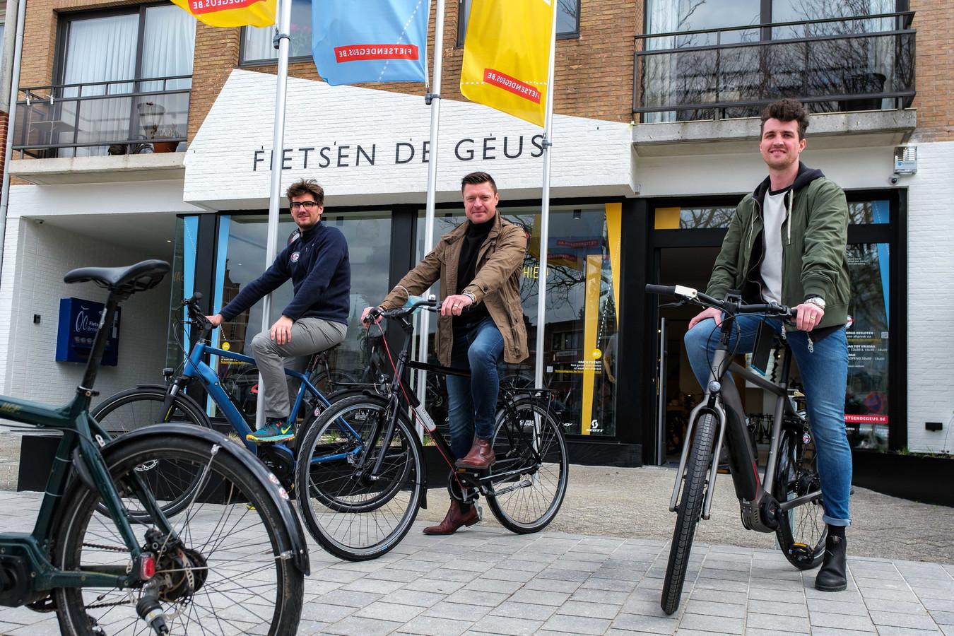 Burgemeester Koen Metsu (midden) kwam de nieuwe winkel van Pieter Fillet en Thomas Vanderhoydonck openen vrijdagmiddag.