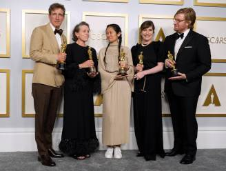 "Regisseuse Chloé Zhao kiest opvallend schoeisel om Oscar te ontvangen. Modejournalist: ""De witte sneaker is een icoon"""