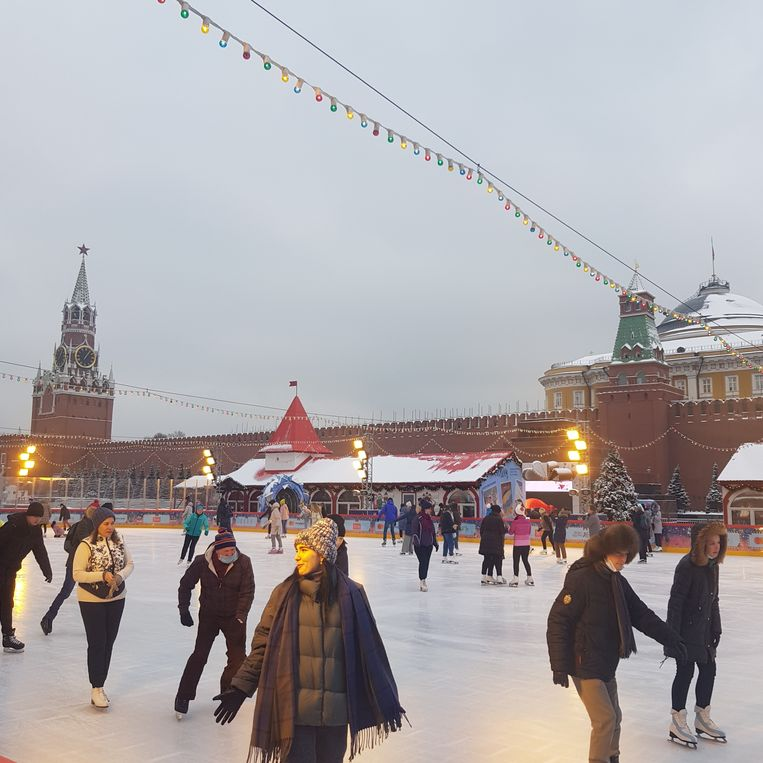 Om de hoek schaatsen Russen op het Rode Plein. Beeld Tom Vennink