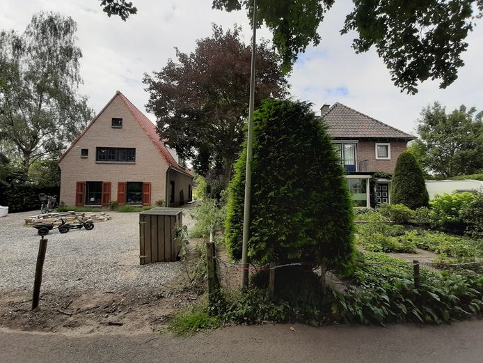 Het nieuwbouwhuis aan de Wijhendaalseweg (links) staat te dicht bij het huis rechts.