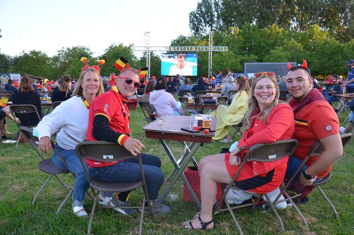 400 aanwezigen zien de Rode Duivels hun eerste EK-wedstrijd winnen in het EK-voetbaldorp van Haaltert, in deelgemeente Denderhoutem. Marcia Teirlinck was er met haar man, dochter en schoonzoon.