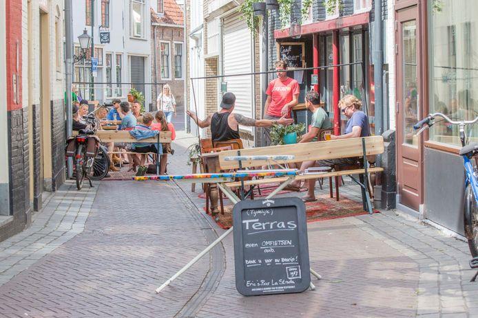 Erics Bar La Strada kreeg van de gemeente ontheffing om de straat te gebruiken als terras.