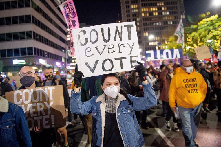 Demonstranten bij het stadhuis in Philadelphia eisen dat iedere stem geteld wordt. Beeld EPA