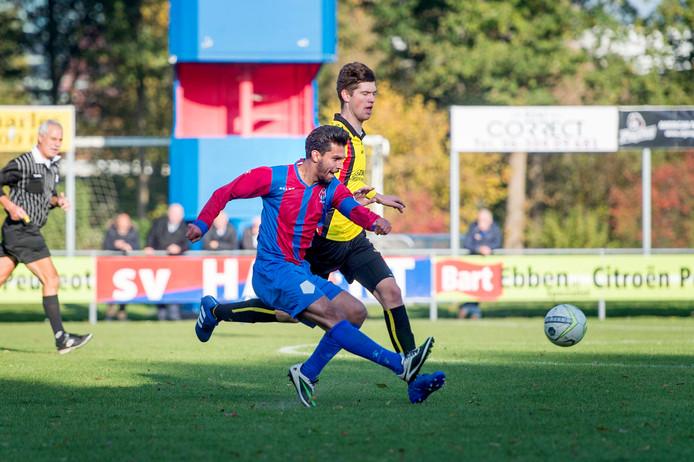 Esmat Shanwary verstuurt een pass tegen Brakkenstein, afgelopen seizoen.