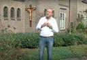 Alwie Kroeze, een scène uit de videoclip, voor de kerk in Langeveen.