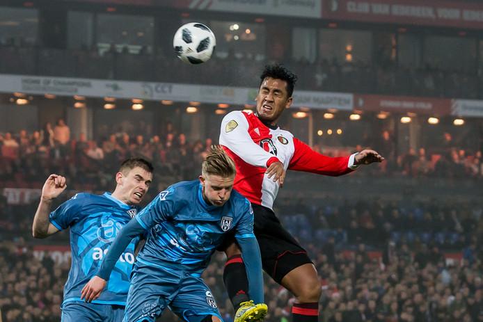 Renato Tapia wint een kopduel namens Feyenoord.