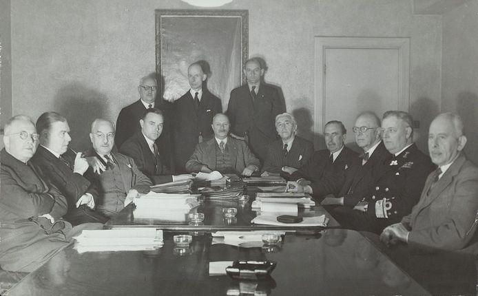 Kabinet Gerbrandy II, London, 2e helft 1944. Van links naar rechts (staand): Van Lidth de Jeude, Van Kleffens, Van Heuven Goedhart, (zittend): Van den Tempel, de Booy, Van den Broek, Burger, Gerbrandy, Bolkestein, Michiels van Verduynen, Albarda, Furstner, van Boeyen.