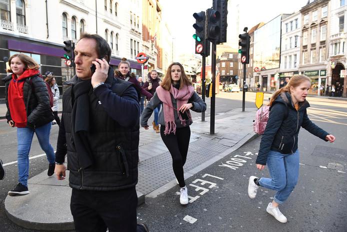 Publiek wordt geëvacueerd bij de London Bridge.