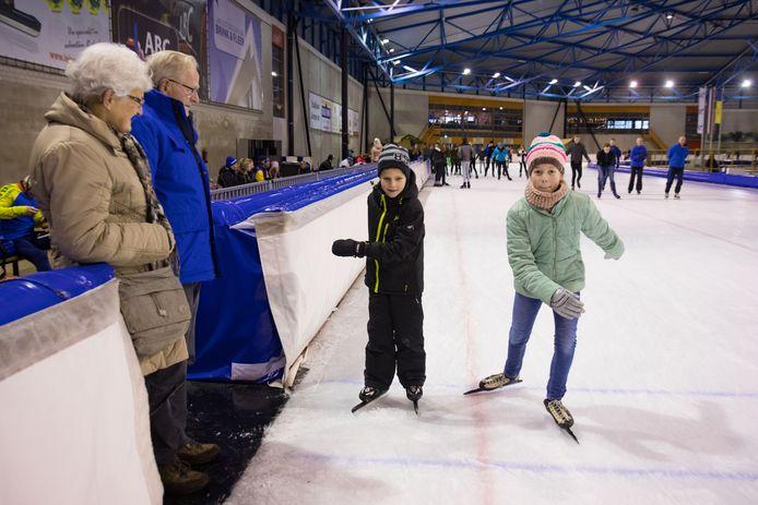 Drukte tijdens de kerstvakantie bij kunstijsbaan Leisure World in Dronten. Opa en oma Roelof en Harmke Mulder met hun kleinkinderen Kyra en Rens Mulder.