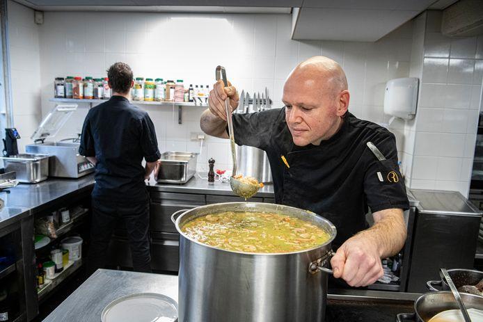 De snert is klaar bij Old Skool. Chef Pascal van Eldijk ziet dat het goed is.
