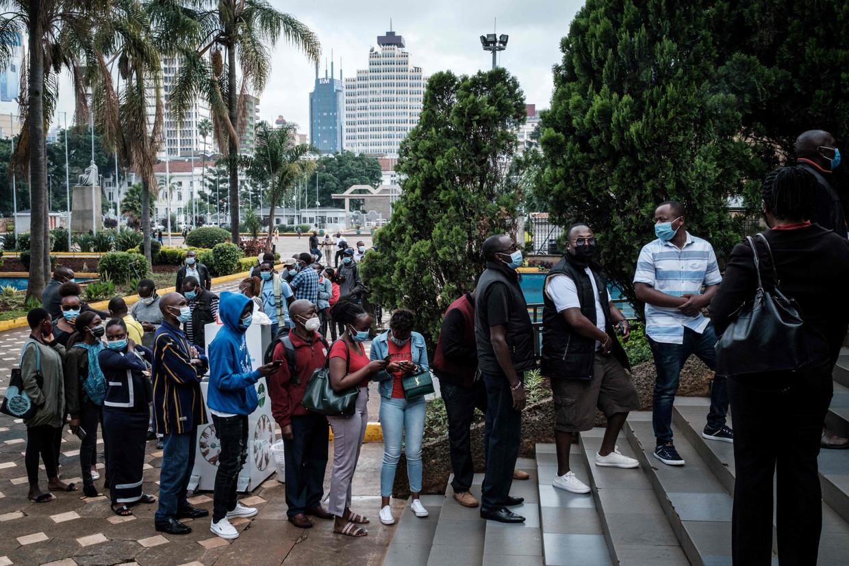 Nairobi, eind april 2021. Kenianen die in de toeristische sector werken, kunnen zich in het Kenyatta International Convention Centre inschrijven voor een eerste prik met het vaccin van Oxford/AstraZeneca.  Beeld AFP