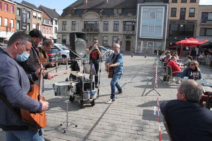 Muzikale acts zorgden voor extra sfeer op de Izegemse Grote Markt.