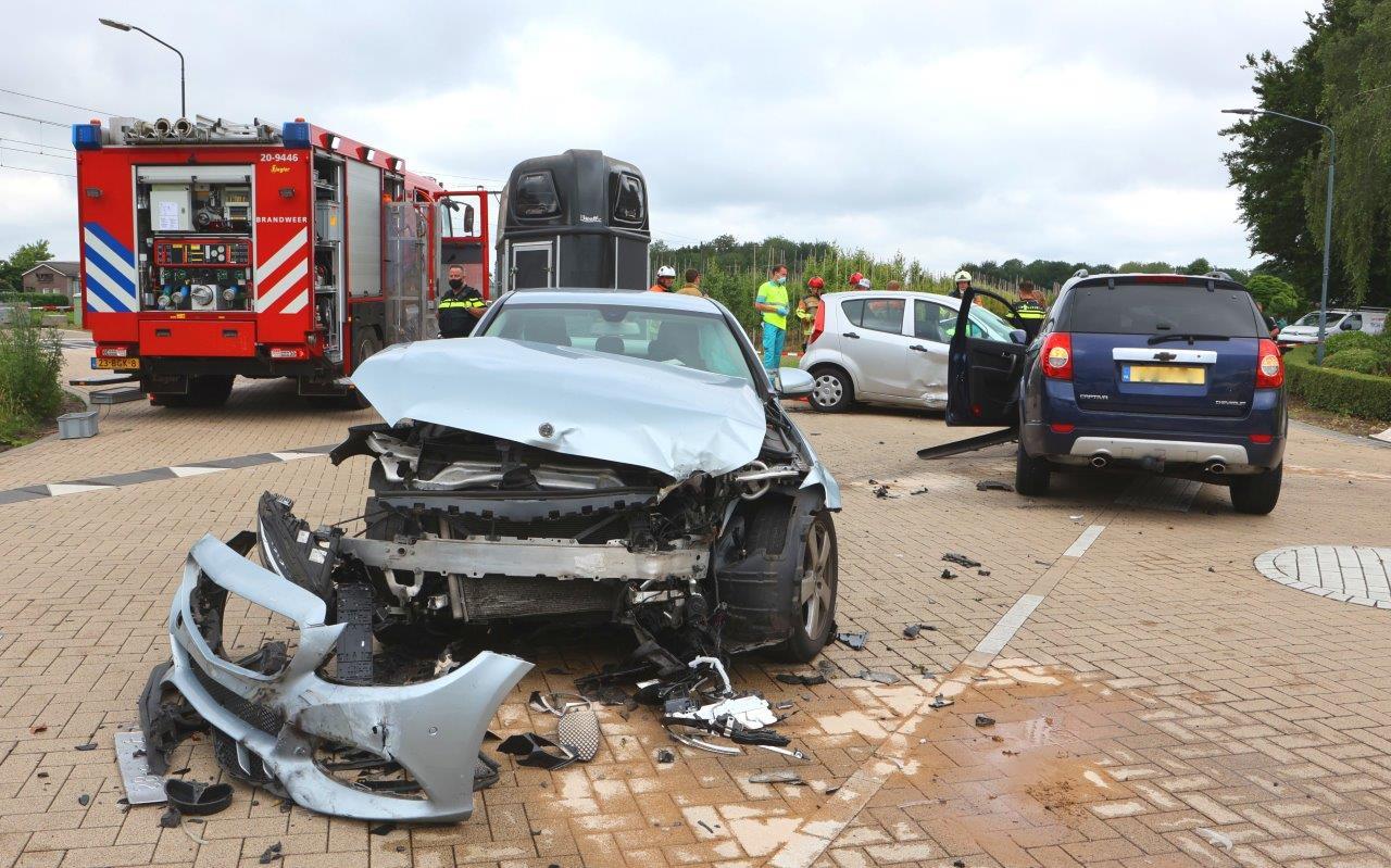 Een 61-jarige vrouw kwam maandag om bij een botsing met drie auto's op de kruising nabij de spoorwegovergang vlakbij Biezenmortel.