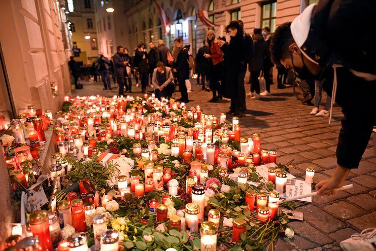 Bloemen en kaarsen op de plek van de aanslag.  Beeld Getty Images