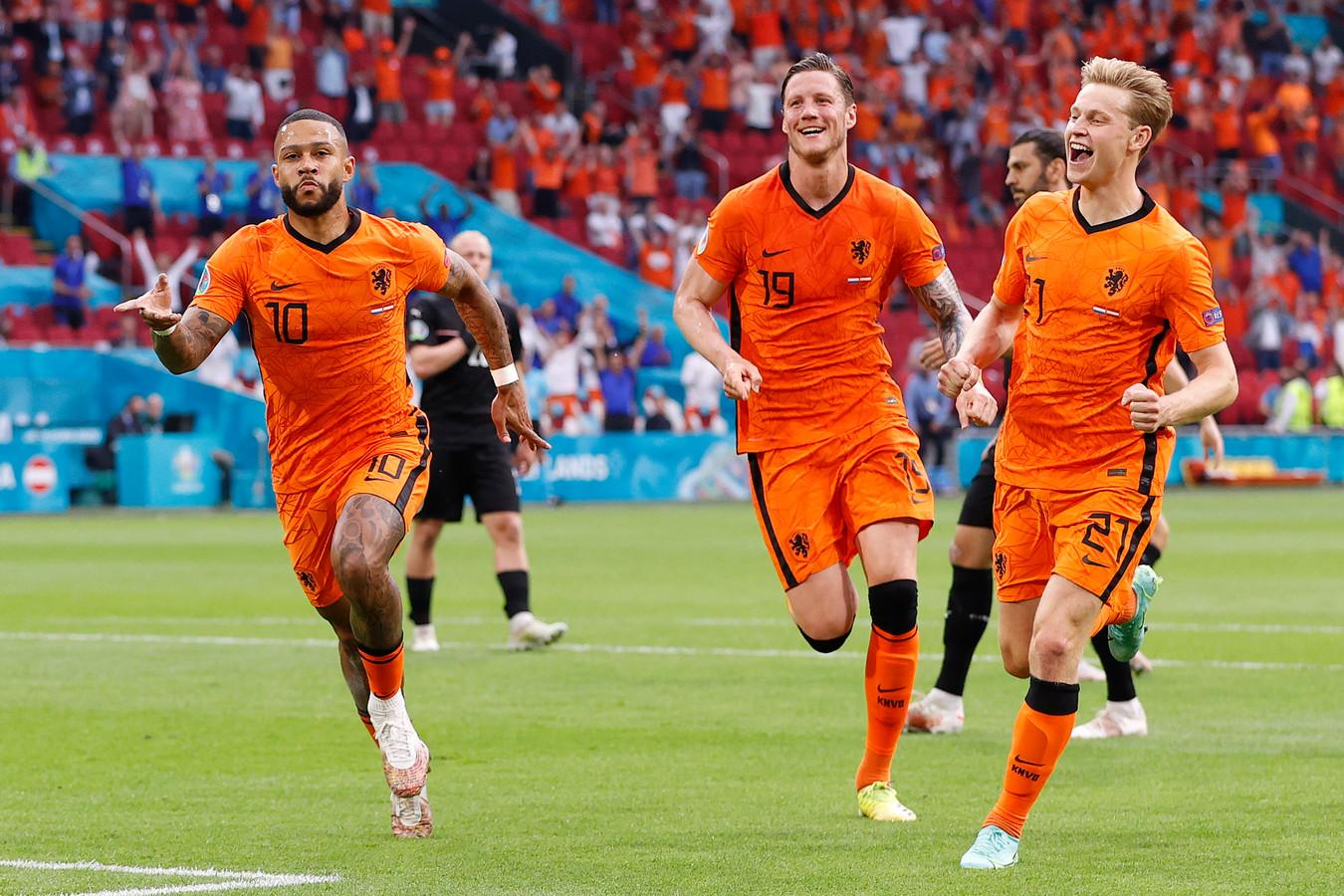 Memphis Depay, Wout Weghorst en Frenkie de Jong (vlnr) vieren een doelpunt van Oranje.