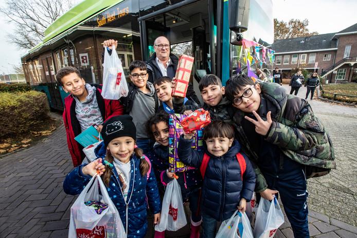 Buschauffeur Klaas Bos uit Heino zorgt in december voor een verrassing. De vluchtelingenkinderen die hij iedere dag in zijn bus naar school brengt krijgen een 'Sinterklaas-cadeautje' van hem.