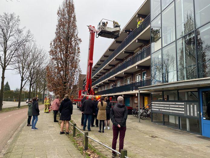 Nadat de chauffeur van de rouwauto vast kwam te zitten in de lift, stond de brandweer van Harderwijk voor een bijzondere uitdaging.