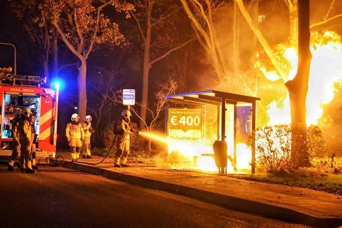 Het bushokje bleef maar branden door de 20 liter brandstof.