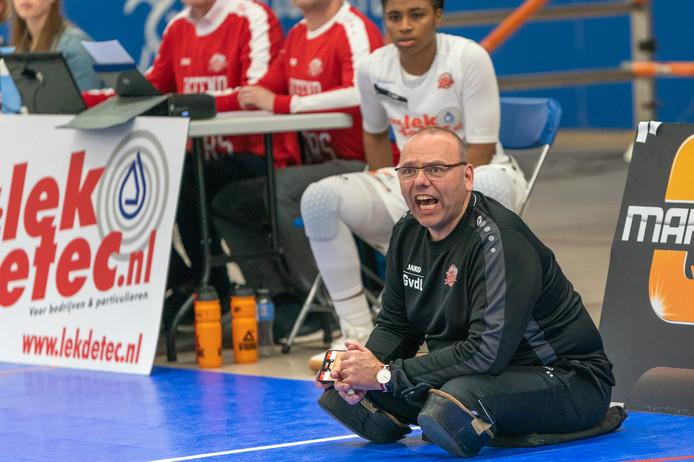 Coach Gertjan van der Linden vuurt zijn ploeg aan tijdens de play-offs om de landstitel.
