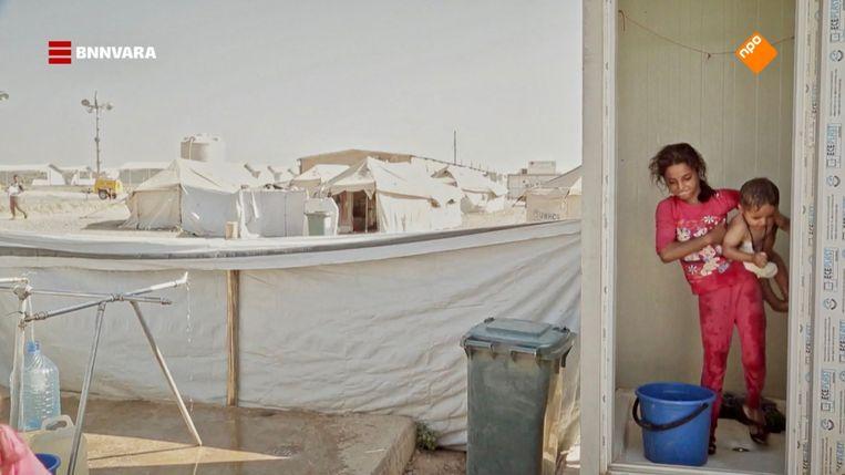Ala' met haar broertje in het vluchtelingenkamp. Beeld BNNVara
