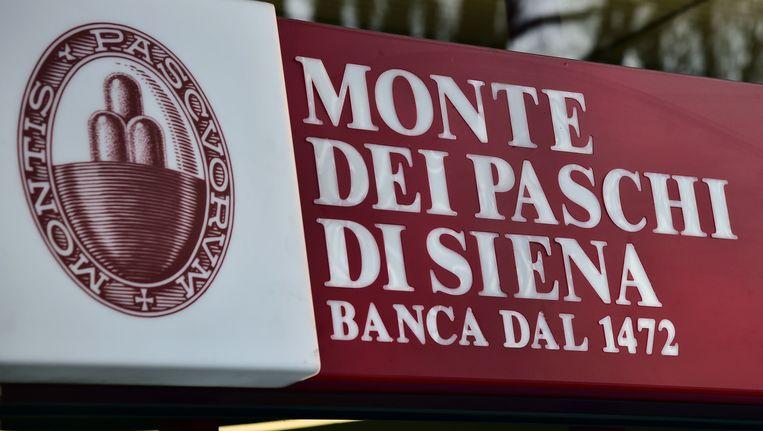 De Banca Monte dei Paschi di Siena raakte binnen een jaar tijd 14 procent van de ingelegde tegoeden kwijt. Beeld AFP