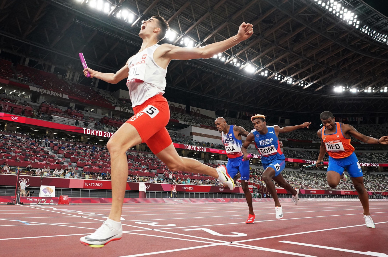 De finish van de 4x400 meter gemengde estafette.