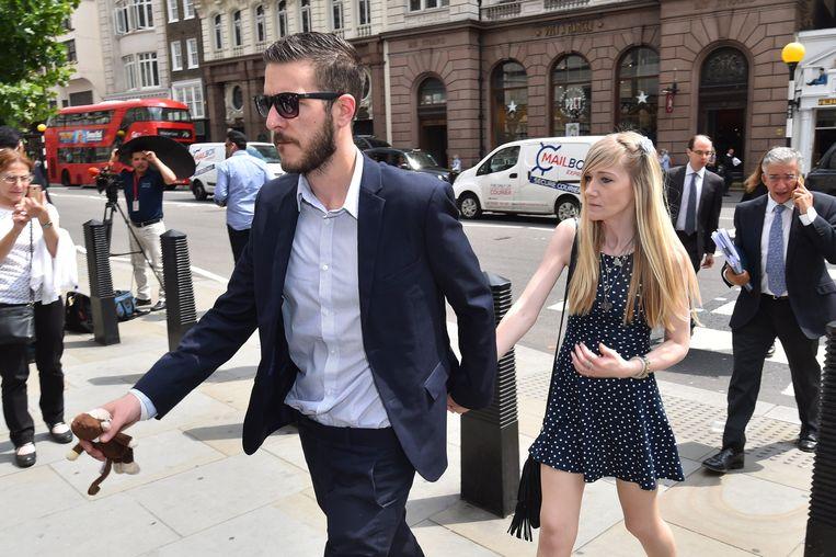 Connie Yates en Chris Gard, de ouders van Charlie, arriveren aan het Hooggerechtshof in Londen. Een uitspraak wordt ten vroegste donderdag verwacht. Beeld Photo News