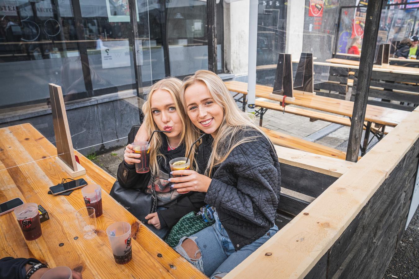 Janne en Luna vieren de 19de verjaardag van Luna in de Overpoortstraat